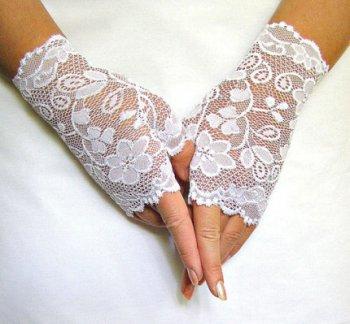 С чем носить кружевные перчатки